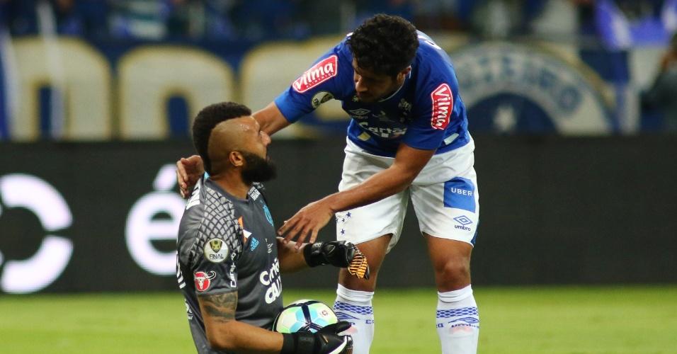 O goleiro Muralha, do Flamengo, conversa com o zagueiro Léo, do Cruzeiro