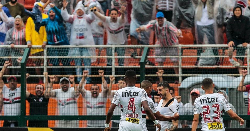 Jogadores do São Paulo comemoram gol de Lucas Pratto contra o Flamengo