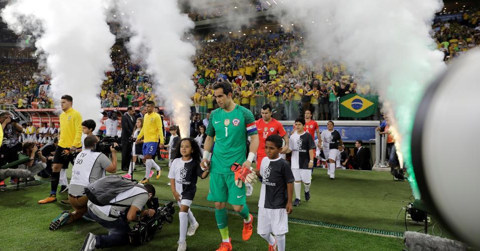 Detalhe de quando Brasil e Chile entraram em campo no Allianz Parque, no último jogo das Eliminatórias para a Copa de 2018