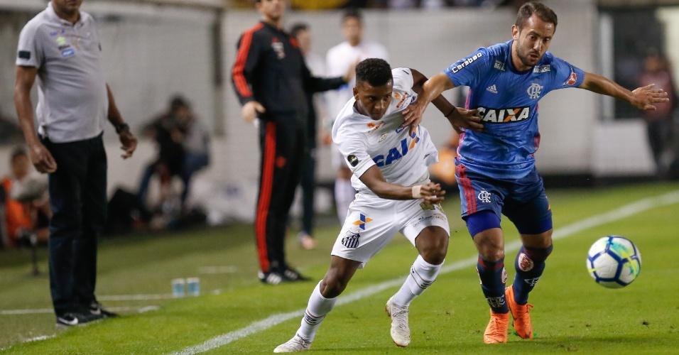 Rodrygo e Everton Ribeiro disputam a bola no jogo entre Santos e Flamengo