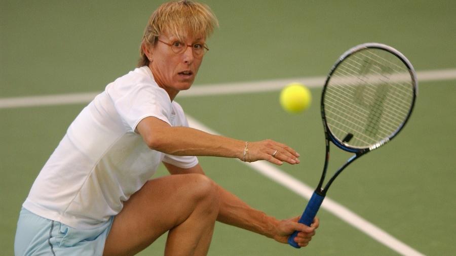Martina Navratilova rebate bola durante partida de tênis - Darren England/Getty Images