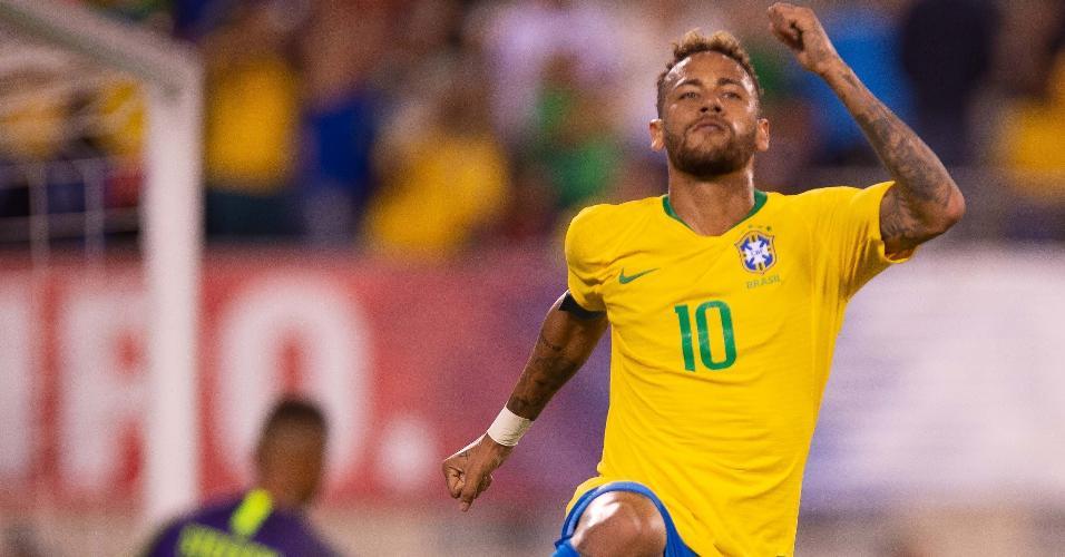 Com a faixa de capitão, Neymar comemora segundo gol da seleção brasileira