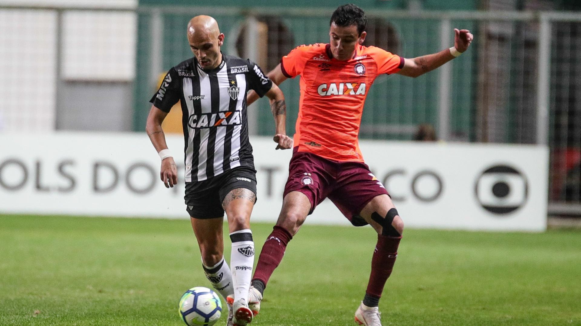 Fábio Santos e Pablo disputam bola durante Atlético-MG x Atlético-PR