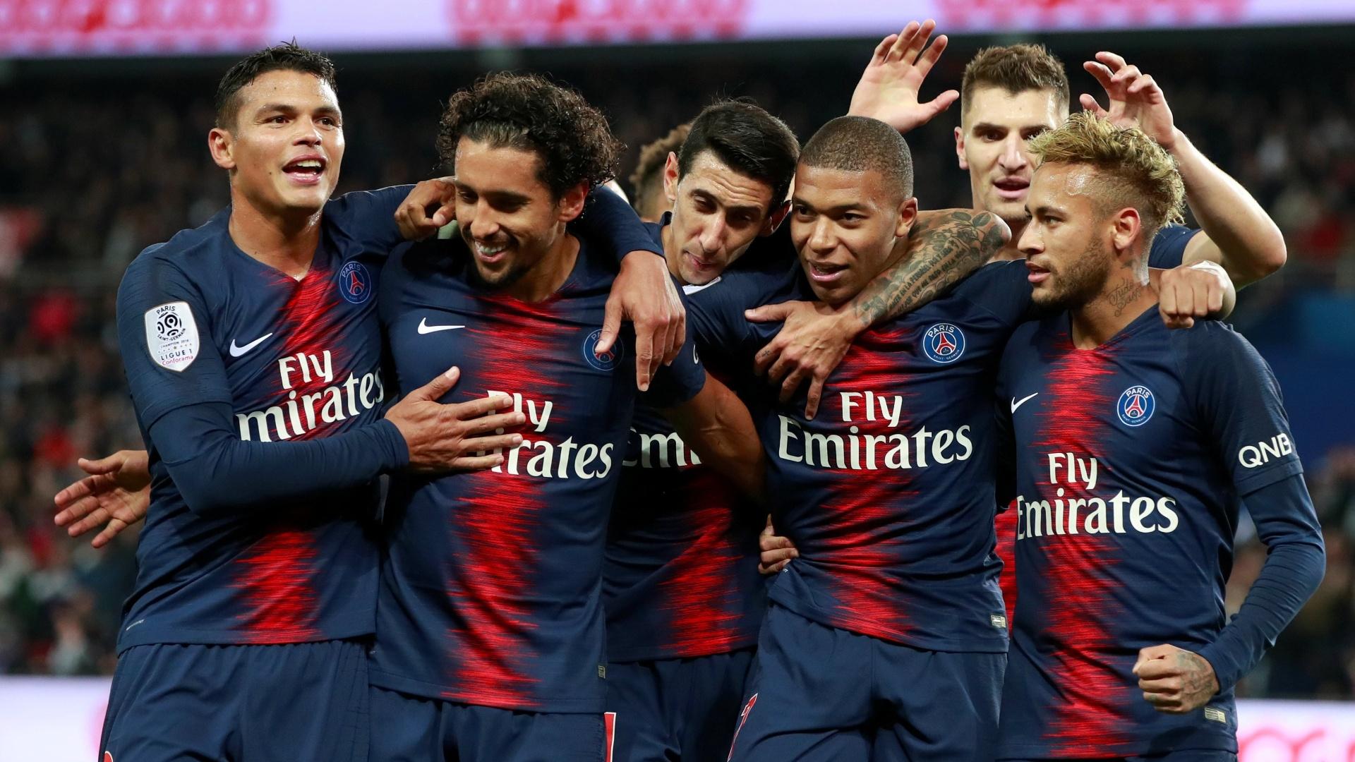 Jogadores do PSG comemoram gol de Mbappé na partida contra o Lyon