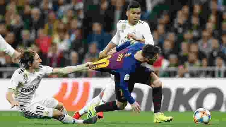 Modric puxa camisa de Messi durante clássico entre Real Madrid e Barcelona  -  Victor Carretero/Real Madrid via Getty Images -  Victor Carretero/Real Madrid via Getty Images