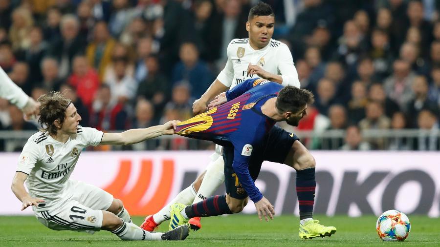 Modric puxa camisa de Messi durante clássico entre Real Madrid e Barcelona  -  Victor Carretero/Real Madrid via Getty Images