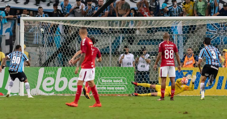 Marcelo Lomba defende pênalti de André durante Grêmio x Inter