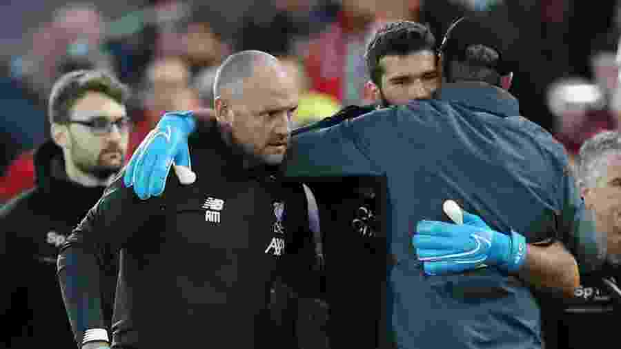 Jurgen Klopp abraça Alisson após goleiro deixar a partida entre Liverpool e Norwich machucado - Reuters/Carl Recine