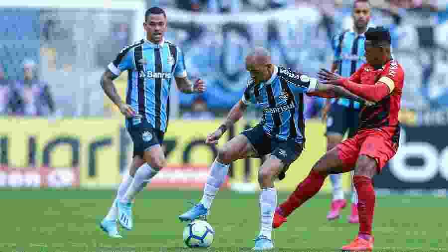 Tardelli, do Grêmio, e Wellington, do Athletico, disputam bola em jogo pelo Brasileiro - Lucas Uebel/Grêmio FBPA