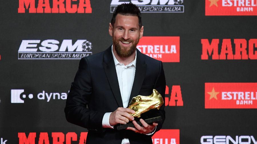 Lionel Messi exibe a Chuteira de Ouro da temporada - é a sexta vez que o argentino conquista o prêmio - Josep Lago/ AFP
