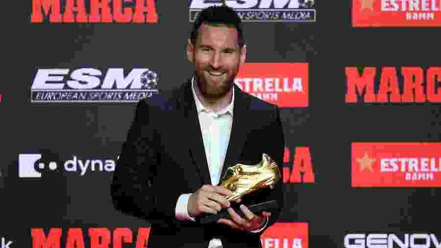 Lionel Messi exibe a Chuteira de Ouro da temporada - Josep LAGO / AFP