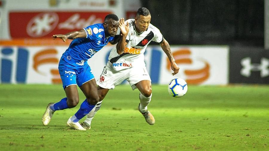 Guarín disputa bola durante partida entre Vasco e Cruzeiro - Allan Carvalho/AGIF