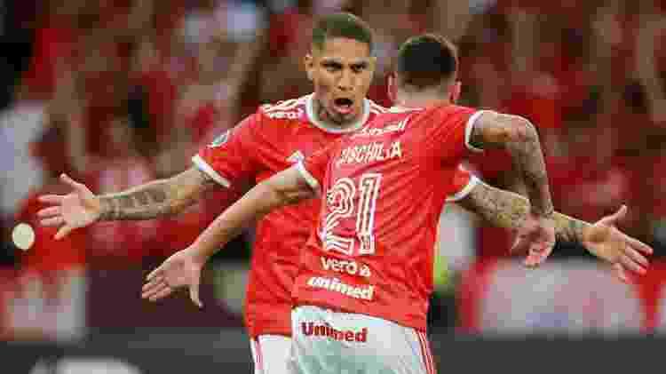 Guerrero e Boschilia comemoram gol do Internacional contra a Universidad de Chile na Libertadores - Diego Vara/Reuters - Diego Vara/Reuters
