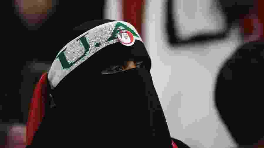 Torcedora com o rosto coberto em partida entre Arábia Saudita e Qatar no Estádio de Al-Jazira, em Abu Dhabi - David Cannon/Getty Images