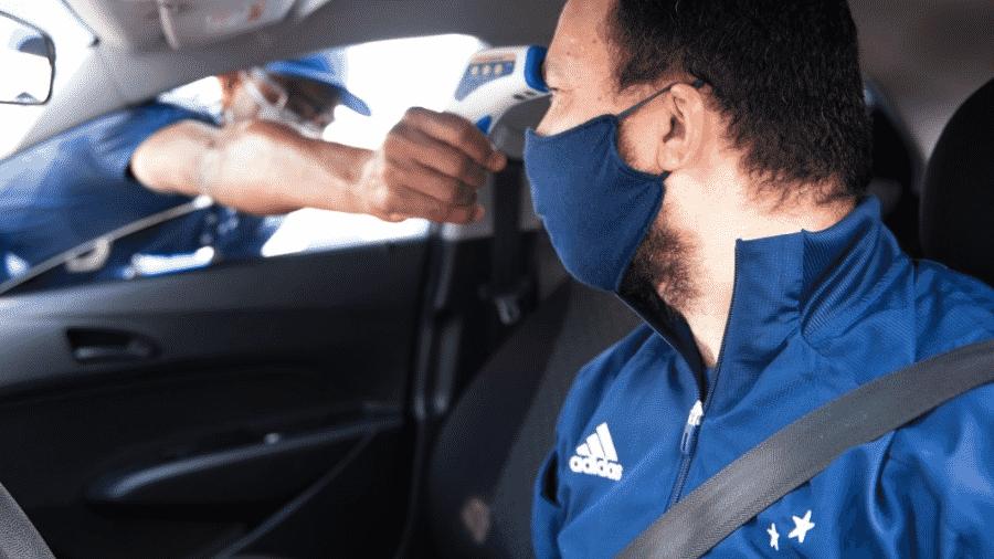 15.mai.2020 - Testes rápidos do novo coronavírus são realizados no centro de treinamento do Cruzeiro, em Belo Horizonte - Bruno Haddad/Cruzeiro