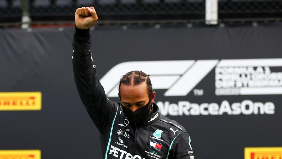 Lewis Hamilton ergue punho em gesto antirracista após vencer GP da Estíria, na Áustria - Dan Istitene - Formula 1/Formula 1 via Getty Images
