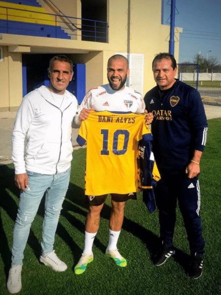 Daniel Alves posa com camisa do Boca Juniors - Reprodução/Twitter