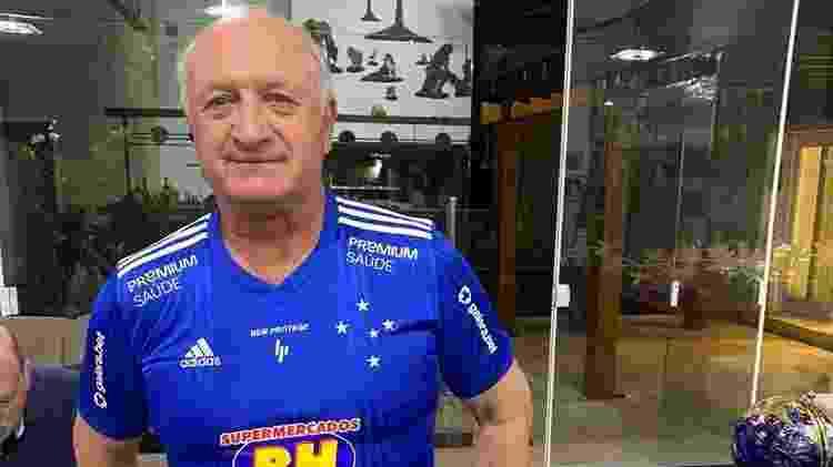 Felipão posa com a camisa do Cruzeiro após ser anunciado como novo técnico - Reprodução - Reprodução