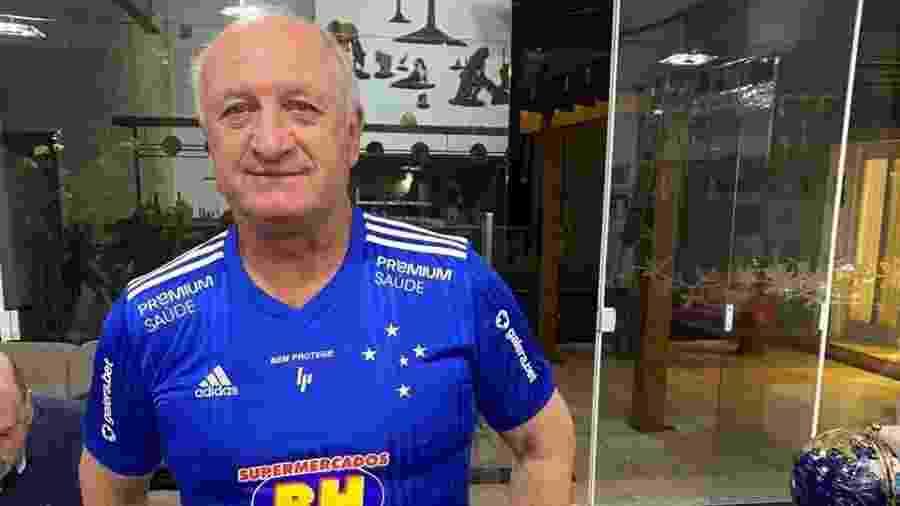 Felipão posa com a camisa do Cruzeiro após ser anunciado como novo técnico - Reprodução
