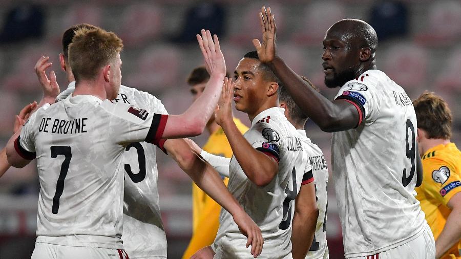 Lukaku e De Bruyne comemoram um dos gols da Bélgica - JOHN THYS/AFP