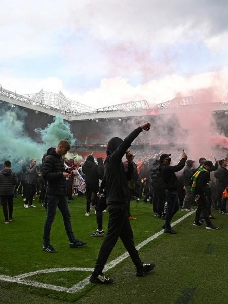 Torcedores do Manchester United invadem gramado do Estádio Old Trafford - Oli Scarff/AFP