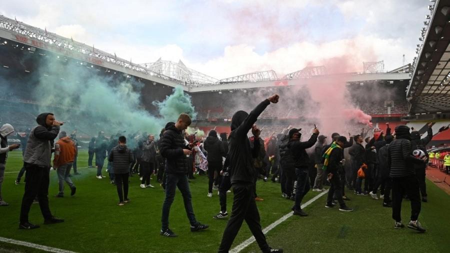 Torcedores do Manchester United invadem gramado do Estádio Old Trafford em protesto contra os Glazers - Oli Scarff/AFP
