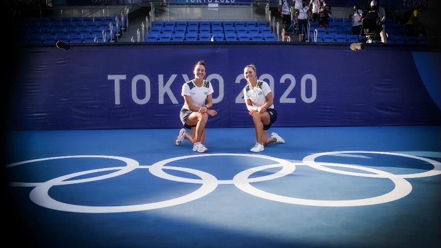 31.07.2021 - Jogos Olímpicos Tóquio 2020 - Tênis - Duplas - Feminino. Luisa Stefani e Laura Pigossi após a conquista da medalha de bronze - Rafael Bello/COB