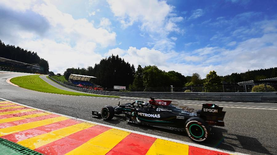 Lewis Hamilton, da Mercedes, passa pela curva Eau Rouge em treino livre no GP da Bélgica - Daimler AG