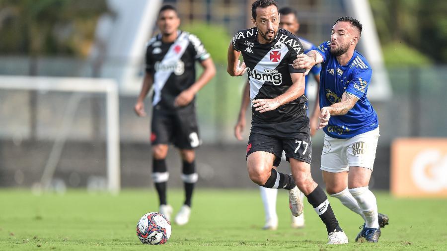 Nenê, do Vasco, e Giovanni, do Cruzeiro, disputam a bola em partida válida pela Série B - Thiago Ribeiro/Thiago Ribeiro/AGIF