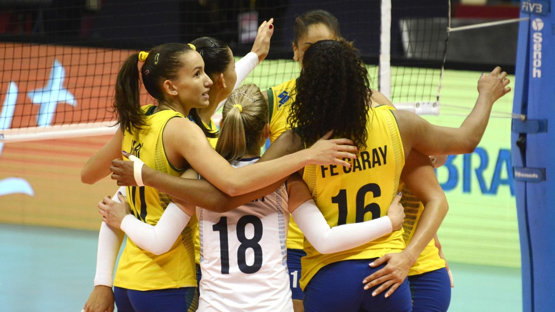 Jogadoras da seleção brasileira de vôlei comemoram ponto contra a Bélgica, pela segunda etapa do Grand Prix, em São Paulo