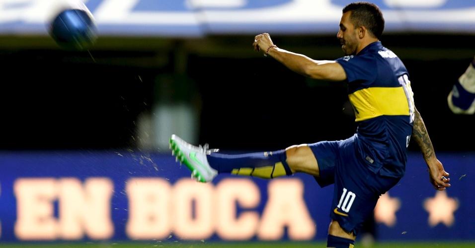 Tevez chuta a bola para a torcida na apresentação ao Boca Juniors