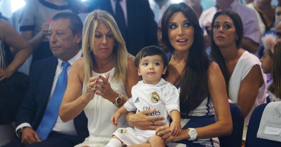 Pilar Rubio segura o pequeno Sergio enquanto Sergio Ramos participa do anuncio de sua renovação de contrato com o Real Madrid