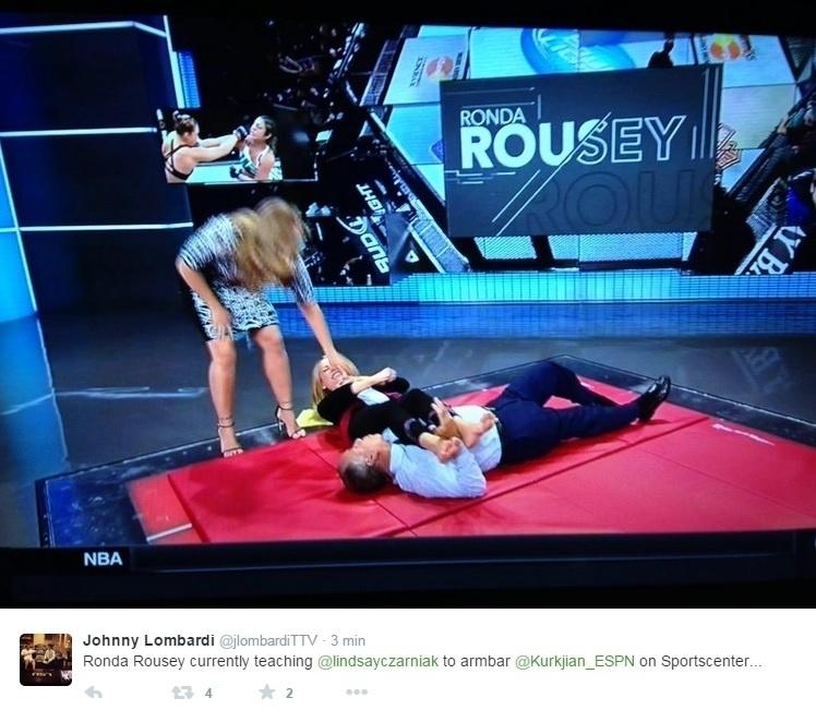 Ronda ainda aproveitou para ensinar a Lindsay como aplicar sua característica chave de braço