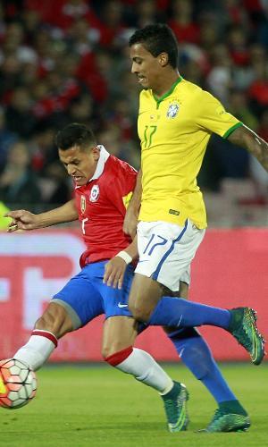 Luiz Gustavo disputa bola com Alexis Sánchez em duelo entre Chile e Brasil pelas Eliminatórias Sul-americanas