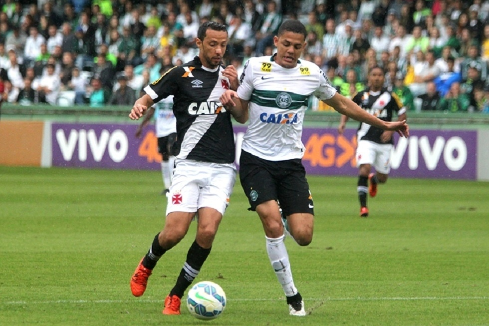 Nenê disputa a bola com jogador do Coritiba no Couto Pereira