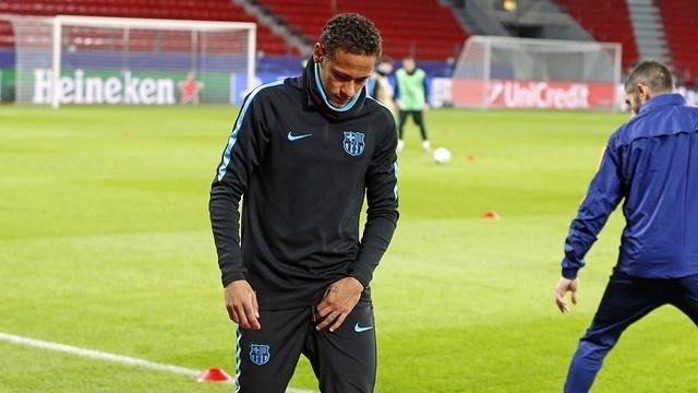 Neymar deixa o treino do Barcelona com uma lesão na perna esquerda