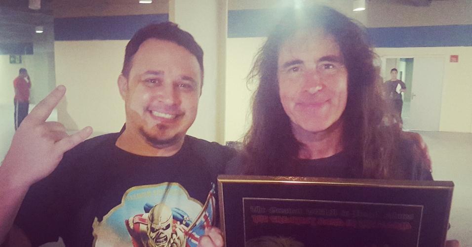 Steve Harris recebe placa em alusão a Vasco e ao Iron Maiden