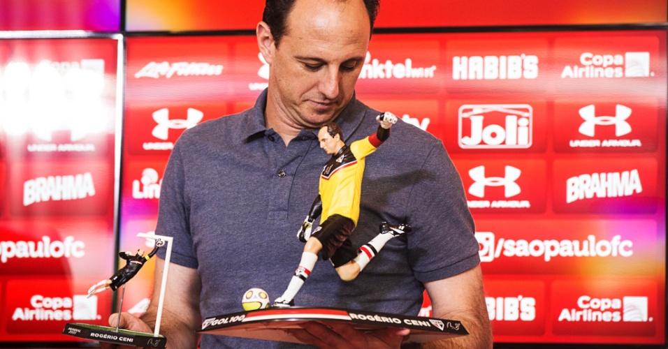 Rogério Ceni no anúncio dos bonecos comemorativos de sua carreira