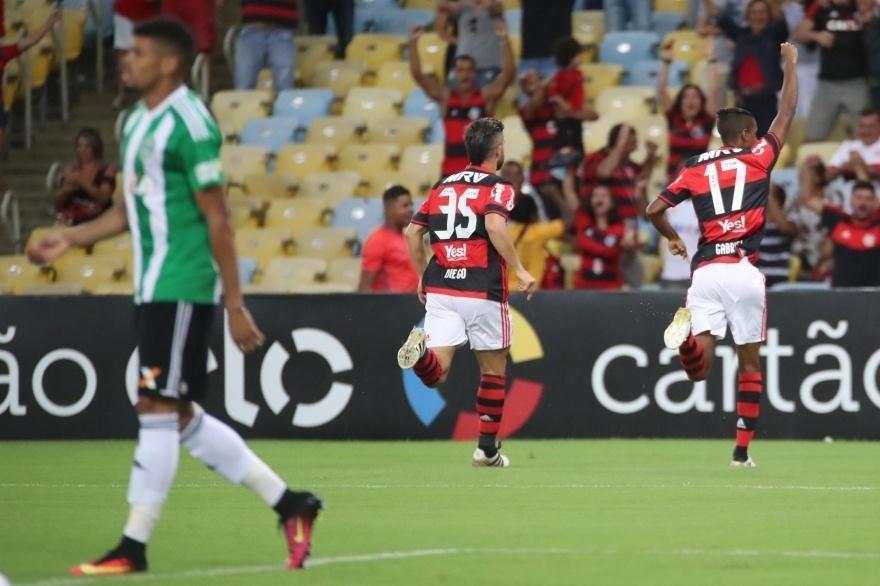 Diego e Gabriel comemoram gol do Flamengo diante do Coritiba