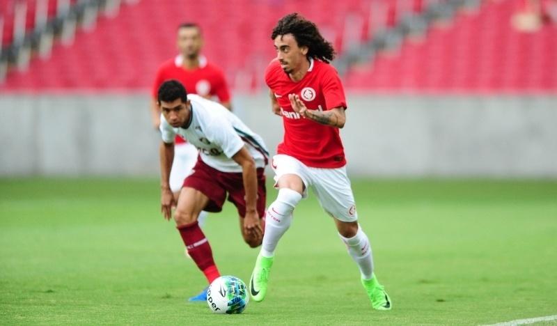 Valdivia conduz a bola do Inter contra o Fluminense