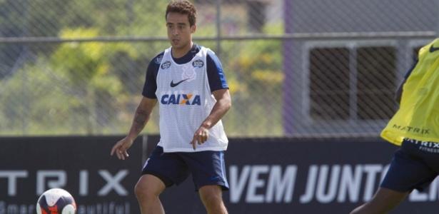 Jadson em ação no treino do Corinthians realizado no CT Joaquim Grava