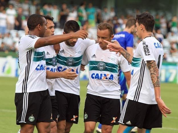 Anderson, Kleber, Henrique Almeida, Carlinhos e Rildo comemoram gol do Coritiba contra Prudentópolis