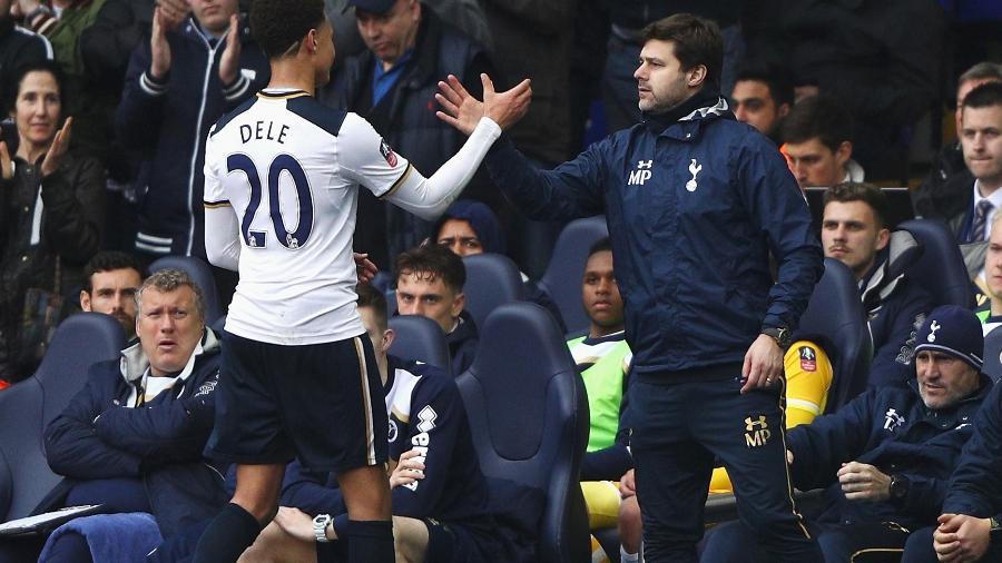 Dele Alli e o técnico Mauricio Pochettino na época em que o treinador, hoje no PSG, comandava o Tottenham - Ian Walton/Getty Images