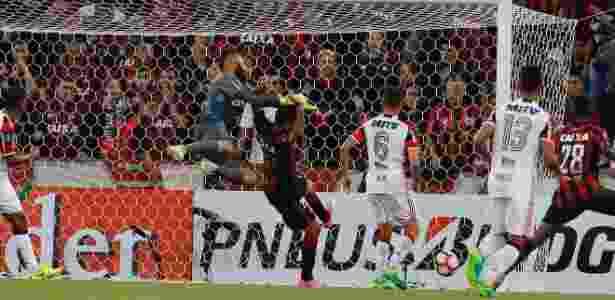 Muralha falha e Alético-PR faz o primeiro contra o Flamengo com Thiago Heleno - Hedeson Alves/EFE - Hedeson Alves/EFE