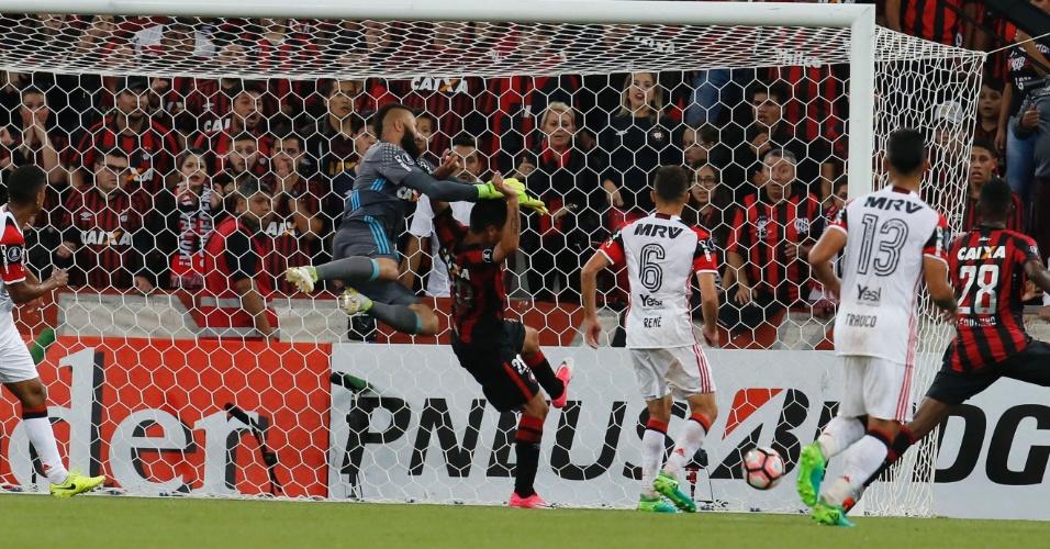 Muralha falha e Alético-PR faz o primeiro contra o Flamengo com Thiago Heleno