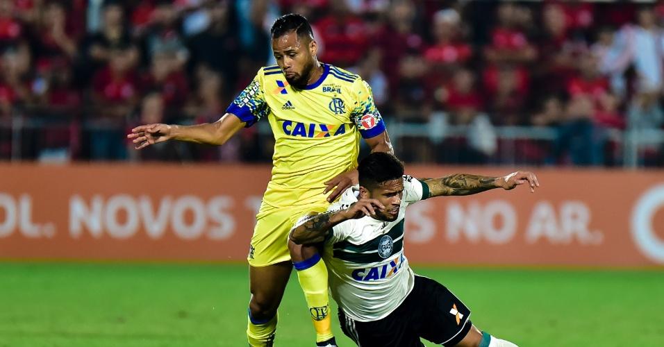 Geuvânio e Leo disputam bola em Flamengo x Coritiba pelo Campeo0nato Brasileiro