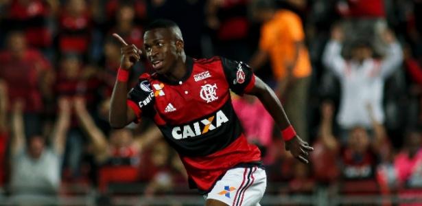Vinicius Júnior comemora o primeiro gol como jogador profissional do Flamengo