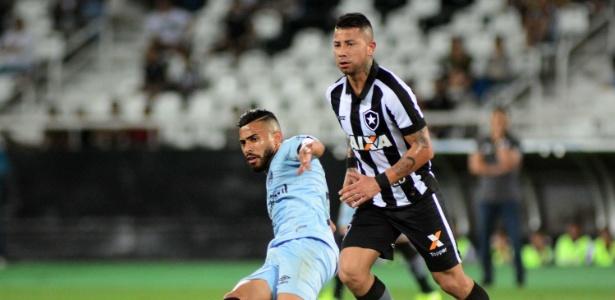 Valencia disputa bola com Kaio, do Grêmio, durante jogo do Brasileirão - Wallace Teixeira/Estadão Conteúdo