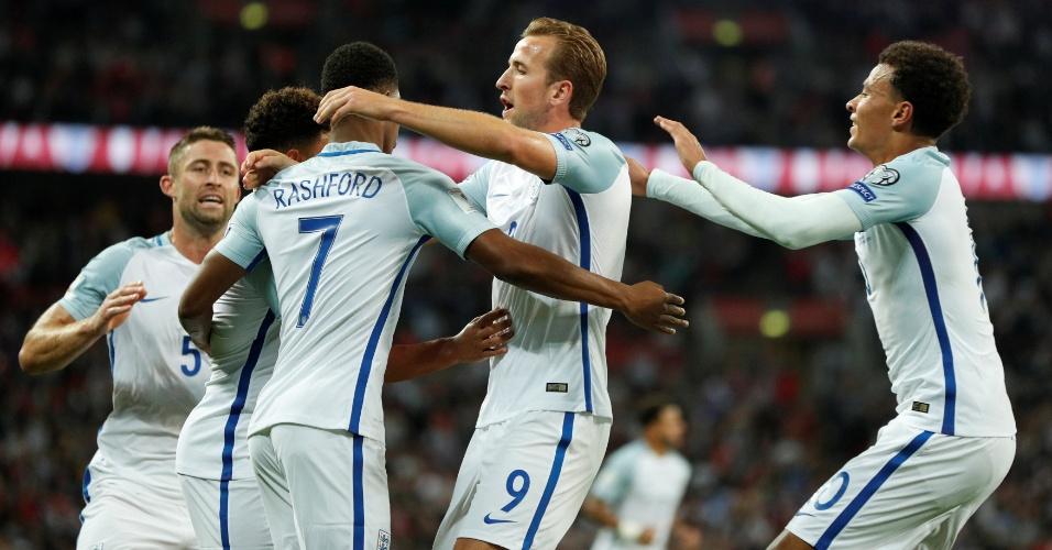 Ingleses comemoram o gol da virada contra a Eslováquia