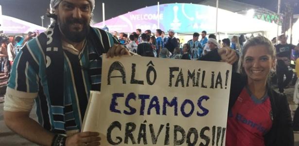 Casal levou cartazes para informar à famílias que terão um filho - Luiza Oliveira/UOL